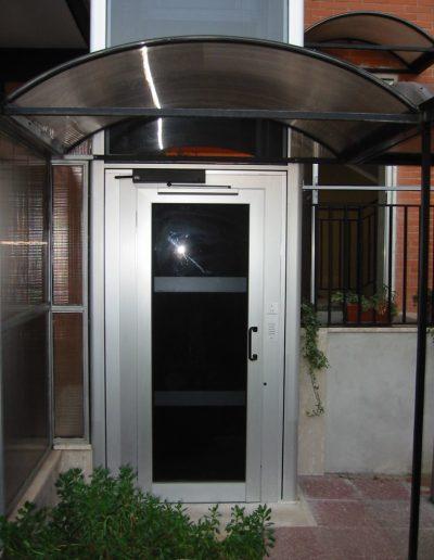 Installazione di piattaforma elevatrice idraulica con incastellatura in alluminio portante da esterno in casa privata - cabina accesso piano terra