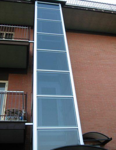 Installazione di piattaforma elevatrice idraulica con incastellatura in alluminio portante da esterno in casa privata - colonna
