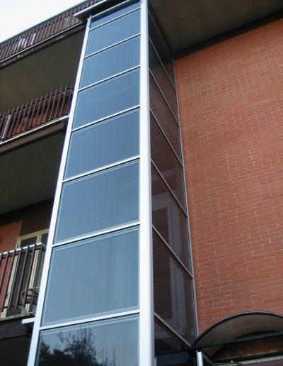 Installazione di piattaforma elevatrice idraulica con incastellatura in alluminio portante da esterno in casa privata - colonna in alluminio