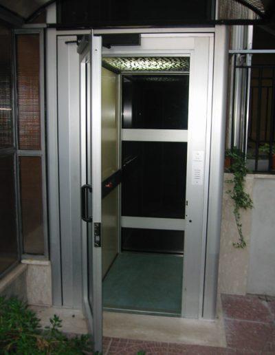 Installazione di piattaforma elevatrice idraulica con incastellatura in alluminio portante da esterno in casa privata - interno ascensore