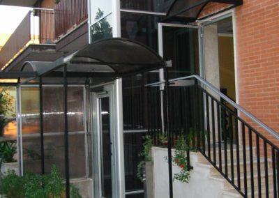 Installazione di piattaforma elevatrice idraulica con incastellatura in alluminio portante da esterno in casa privata