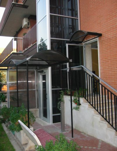 Installazione di piattaforma elevatrice idraulica con incastellatura in alluminio portante da esterno in casa privata - tettoie di accesso