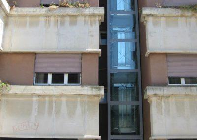 Installazione di ascensore idraulico con incastellatura in lamiera di ferro verniciata da esterno