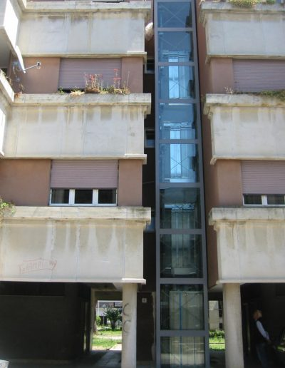 ascensore idraulico con incastellatura in lamiera di ferro verniciata da esterno condominio nel Lazio