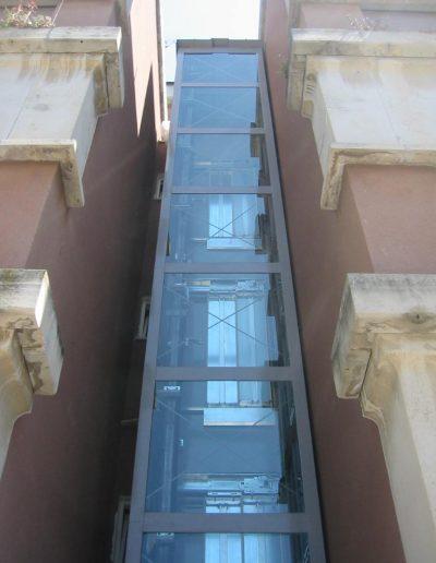 ascensore idraulico con incastellatura in lamiera di ferro verniciata da esterno in condominio di Latina