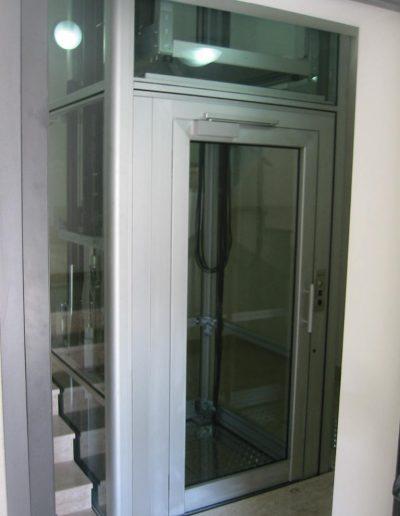 installazione piattaforma elevatrice idraulica con incastellatura in alluminio portante da interno vano