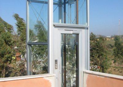 piattaforma elevatrice idraulica con incastellatura in alluminio portante da esterno e accesso alla terrazza