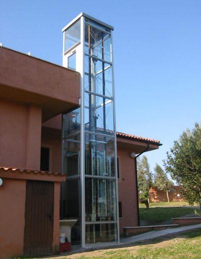 piattaforma elevatrice idraulica con incastellatura in alluminio portante da esterno e accesso alla terrazza panoramica