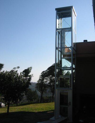 piattaforma elevatrice idraulica con incastellatura in alluminio portante da esterno e accesso dal giardino alla terrazza