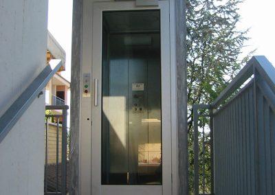 piattaforma elevatrice idraulica con incastellatura in ferro zincato portante da esterno
