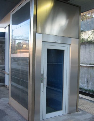 piattaforma elevatrice idraulica con incastellatura in acciaio portante da esterno cabina