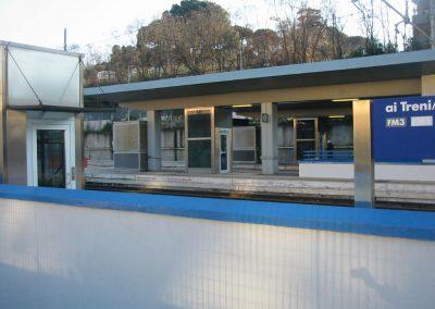 Installazione piattaforma elevatrice idraulica con incastellatura in acciaio portante da esterno in stazione ferroviaria