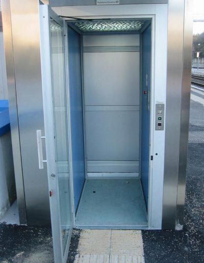 piattaforma elevatrice idraulica con incastellatura in acciaio portante da esterno interno cabina