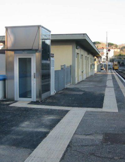 piattaforma elevatrice idraulica con incastellatura in acciaio portante da esterno piazzale stazione ferroviaria