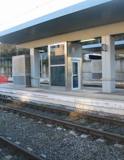piattaforma elevatrice idraulica con incastellatura in acciaio portante da esterno presso stazione ferroviaria Roma San Pietro