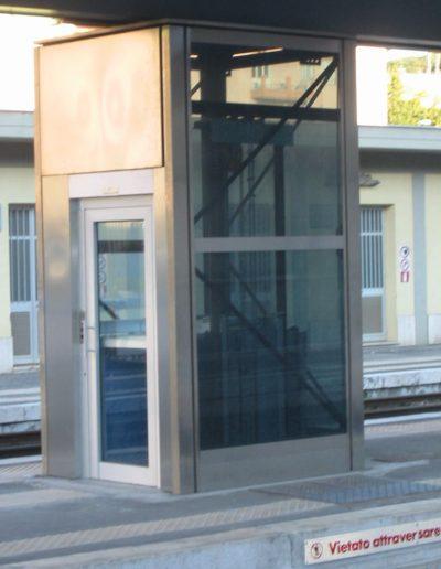 piattaforma elevatrice idraulica con incastellatura in acciaio portante da esterno struttura esterna
