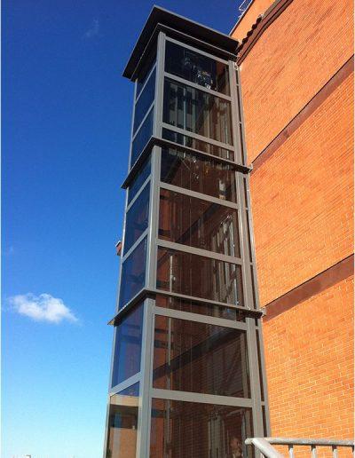 Ascensore mrl con incastellatura in ferro verniciata portante da esterno con porte automatiche