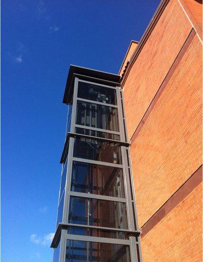 Ascensore mrl con incastellatura in ferro verniciata portante da esterno con porte automatiche visto dal basso