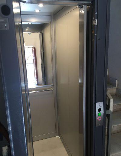 Cabina di ascensore con struttura in lamiera di acciaio autoportante tamponata con vetro trasparente