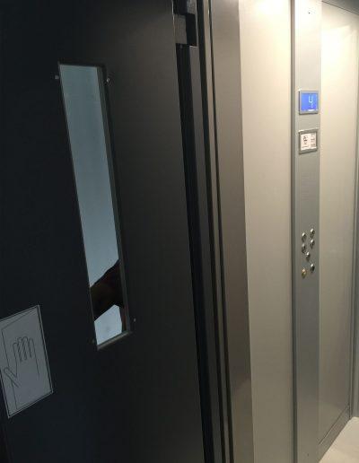 Interno porta e tastiera di ascensore con struttura in lamiera di acciaio autoportante tamponata con vetro trasparente