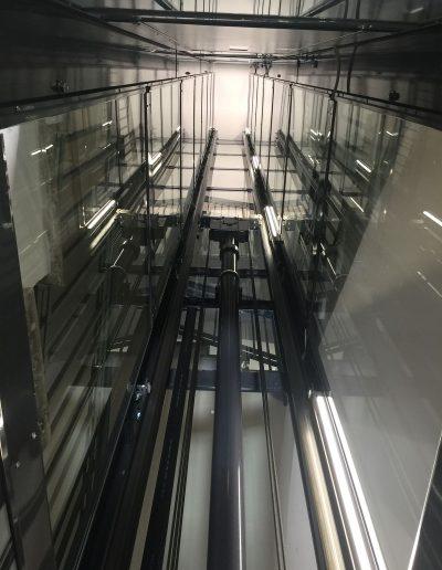 Vano interno di ascensore con struttura in lamiera di acciaio autoportante tamponata con vetro trasparente