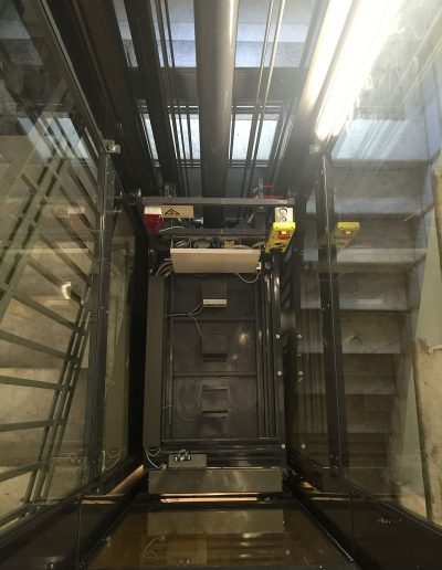 Vano interno e quadro macchine per ascensore con struttura in lamiera di acciaio autoportante tamponata con vetro trasparente