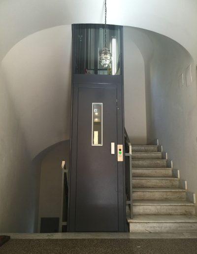 Vista tromba scale piano terra per ascensore con struttura in lamiera di acciaio autoportante tamponata con vetro trasparente