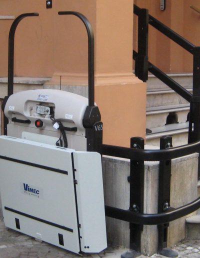 montascale installato in edificio pubblico