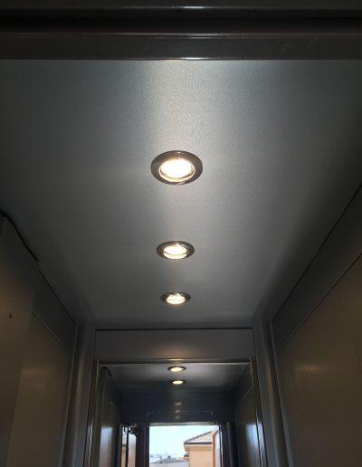 pannello luci di ascensore con struttura in lamiera di acciaio autoportante tamponata con vetro trasparente