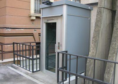 Installazione piattaforma elevatrice idraulica con incastellatura in alluminio portante da esterno per edificio pubblico