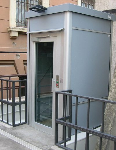 piattaforma elevatrice idraulica con incastellatura in alluminio portante da esterno installazione in edifici pubblici