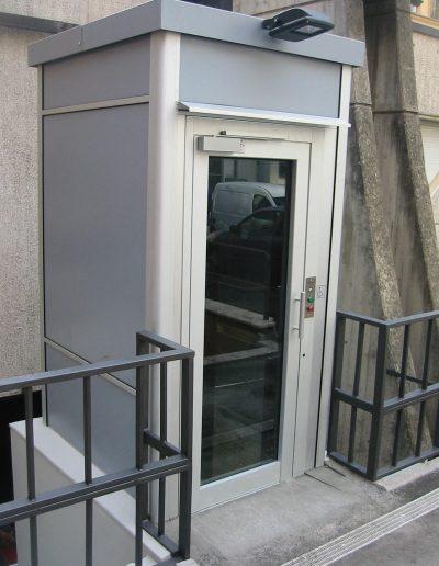 piattaforma elevatrice idraulica con incastellatura in alluminio portante da esterno soluzione per edifici pubblici