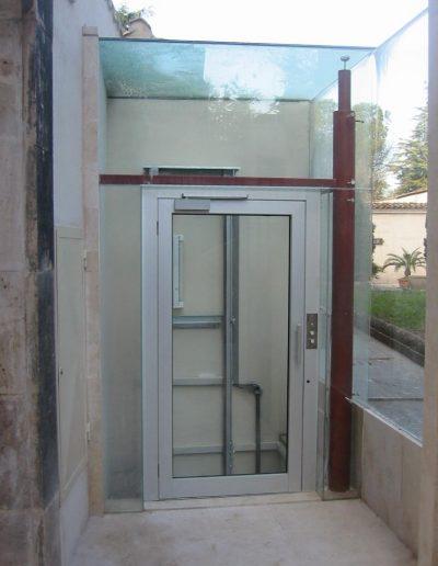 piattaforma elevatrice idraulica con incastellatura in ferro zincato portante da esterno cabina
