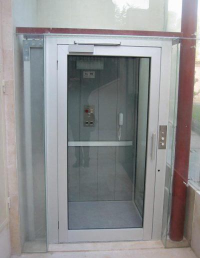 piattaforma elevatrice idraulica con incastellatura in ferro zincato portante da esterno porta ingresso