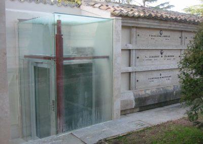 piattaforma elevatrice idraulica con incastellatura in ferro zincato portante da esterno vetrata esterna