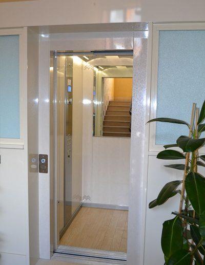 accesso piano terra palazzo ascensore idraulico con incastellatura in lamiera di ferro verniciata da esterno