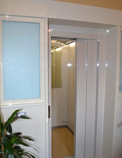 accesso pianoterra condominio ascensore idraulico con incastellatura in lamiera di ferro verniciata da esterno