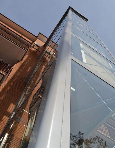 angolo esterno piattaforma elevatrice idraulica con incastellatura in ferro verniciato portante da esterno