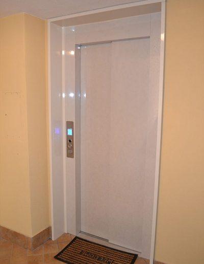 ascensore idraulico con incastellatura in lamiera di ferro verniciata da esterno porte chiuse