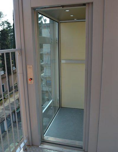 cabina al piano piattaforma elevatrice idraulica con incastellatura in ferro verniciato portante da esterno con porte automatiche