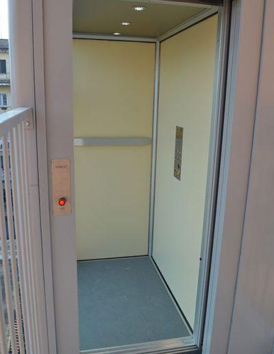 cabina di piattaforma elevatrice idraulica con incastellatura in ferro verniciato portante da esterno