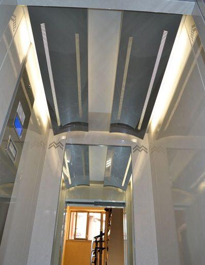 interno cabina di ascensore idraulico con incastellatura in lamiera di ferro verniciata da esterno