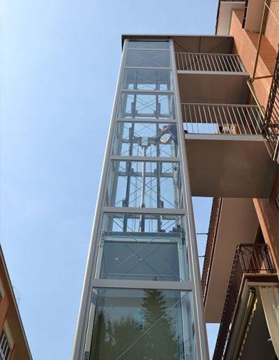 panoramica di piattaforma elevatrice idraulica con incastellatura in ferro verniciato portante da esterno