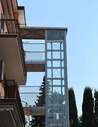 passarelle di sbarco per piattaforma elevatrice idraulica con incastellatura in ferro verniciato portante da esterno