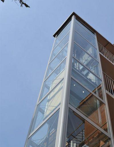 piattaforma elevatrice idraulica con incastellatura in ferro verniciato portante da esterno in funzione