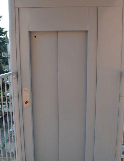 porte automatiche di piattaforma elevatrice idraulica con incastellatura in ferro verniciato portante da esterno