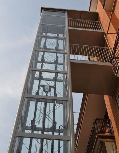visuale dal basso delle passerelle di una piattaforma elevatrice idraulica con incastellatura in ferro verniciato portante da esterno