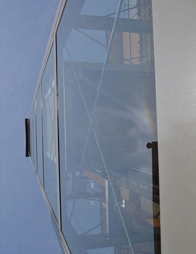 visuale dal basso di piattaforma elevatrice idraulica con incastellatura in ferro verniciato portante