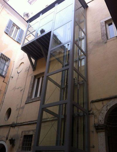 Installazione in palazzo d'epoca di piattaforma elevatrice idraulica con passerella di sbarco in chiostro