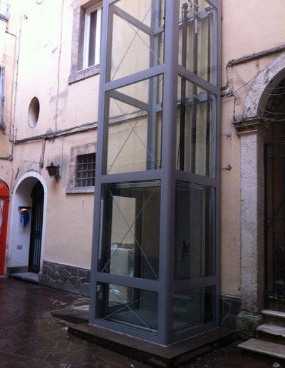 Installazione in palazzo d'epoca di piattaforma elevatrice idraulica con passerella di sbarco piano terra